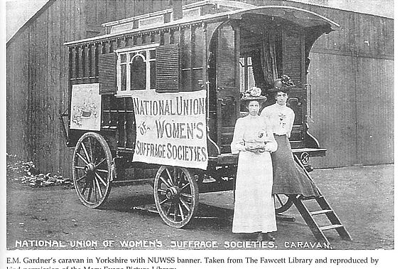 Frauen der National Union of Women's Suffrage Societies; aus: Crawford, Elizabeth: The women's suffrage movement. A reference guide, 1866-1928. London: UCL Press 1999, Seite 439;